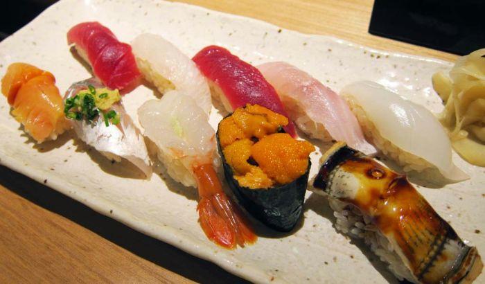店内で食べる寿司